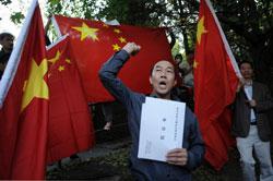 Một người Trung Quốc biểu tình trước đại sứ quán Nhật Bản tại Budapest vào ngày 24 tháng 9 năm 2012. AFP photo