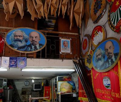 Hình Mác - Lê được bày bán tại một cửa hàng ở Hà Nội. AFP photo