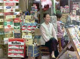 Thuốc lá được bày bán khắp nơi trên đường phố. AFP