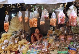 Gian hàng bán thực phẩm khô ở một khu chợ Hà Nội. AFP