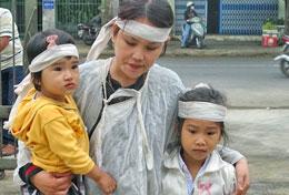 Vợ và 2 con gái của anh Kiều, bé Ngô Thị Thanh Thảo (8 tuổi) và Ngô Thị Kim Oanh (2 tuổi). TinVN.VN
