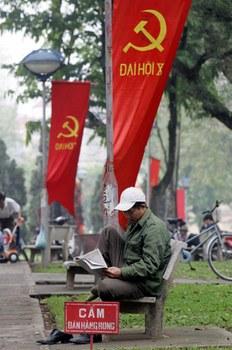 Đọc báo dưới cờ đảng cộng sản. 2006.