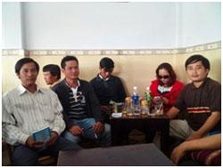 Anh em, bạn bè trong một quán cà phê bên ngoài tòa án xử Blogger Trương Duy Nhất ở Đà Nẵng hôm 4/3/2014. Citizen photo.