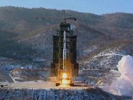 Hỏa tiễn Unhab-3 rời giàn phóng hôm 12 tháng 12, 2012. Courtesy Yonhap