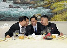 Lãnh đạo Triều Tiên Kim Jong Un (R) chia sẻ một khoảnh khắc ánh sáng với Wang Jiarui (L), một quan chức cấp cao của Đảng Cộng sản Trung Quốc, tại một bữa ăn tối ở Bình Nhưỡng, 3 Tháng Tám, 2012.Lãnh đạo Triều Tiên Kim Jong Un (phải) đang bàn luận với Wang Jiarui (trái), một quan chức cấp cao của Đảng Cộng sản Trung Quốc, tại một bữa ăn tối ở Bình Nhưỡng, 3 Tháng Tám, 2012.