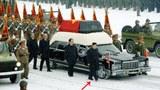 Đại tướng Kim Jong-Un (có mũi tên chỉ)con trai của ông Kim Jong-il đi bên cạnh chiếc xe chở quan tài vị lãnh tụ Kim Jong il