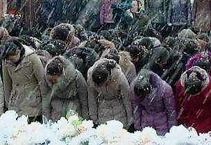 Dù trời đổ tuyết vẫn có hàng trăm ngàn người dân đứng hai bên đường để tiễn biệt lãnh tụ Kim Jong il. RFA Korean service