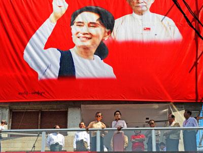 Bà Aung San Suu Kyi phát biểu từ trụ sở của Liên đoàn Quốc gia Dân chủ (NLD) tại Yangon vào ngày 09 Tháng 11 năm 2015. AFP