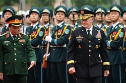 Chủ tịch Hội đồng tham mưu trưởng Mỹ, Tướng Martin Dempsey và Tổng tham mưu trưởng quân độ nhân dân Việt Nam, Trung tướng Đỗ Bá Tỵ duyệt hàng quân danh dự tại Bộ Quốc phòng Hà Nội vào ngày 14 tháng 8 năm 2014. AFP photo