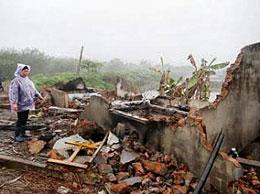 Bà Nguyễn Thị Thương trước ngôi nhà bị chính quyền huyện Tiên Lãng đập phá toàn bộ, 01/2012.