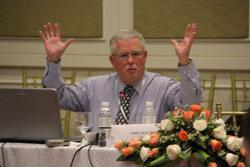 GS Carlyle A. Thayer  phát biểu tại Hội thảo về Biển Đông ở Phnom Penh ngày 20 tháng 9 năm 2013. RFA PHOTO/Quốc Việt