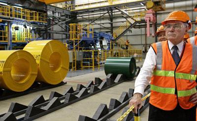 Thủ tướng Australia John Howard (phải) thăm nhà máy thép BlueScope Steel Australia đầu tư tại Khu công nghiệp Phú Mỹ 1, Bà Rịa-Vũng Tàu, hôm 20 tháng 11 năm 2006. AFP