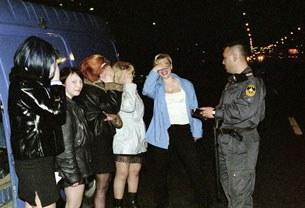 Gái mại dâm ở Nga đang bị cảnh sát kiểm tra giấy tờ. Ảnh mang tính minh họa.
