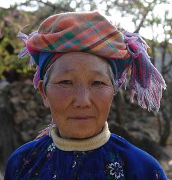 Hình chụp hôm 8/3/2012: một người phụ nữ H'Mong đứng trước cửa nhà mình ở một xã dưới cột cờ Lũng Cú ở Đồng Văn, tỉnh Hà Giang trên biên giới với Trung Quốc