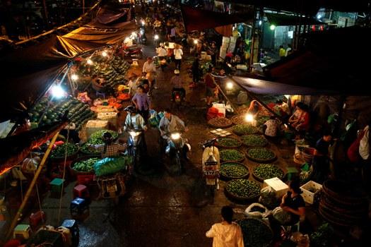 Quang cảnh chợ đêm ở Hà Nội ngày 14 tháng 9 năm 2017.