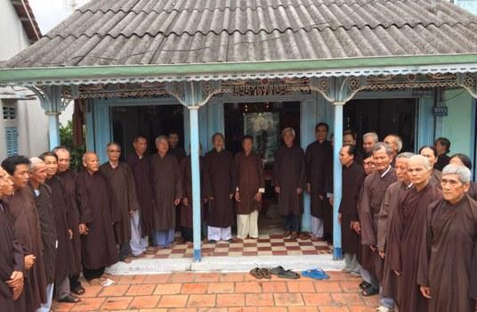 Trị sự viên các cấp của Giáo hội Phật giáo Hòa hảo Thuần túy sau một cuộc họp tại tư gia ông Nguyễn Văn Thơ, Hội trưởng Ban Trị sự tỉnh Đồng Tháp ở xã Tân Hoà, huyện Lai Vung, tháng 1/2018.