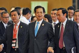 Thủ tướng Việt Nam Nguyễn Tấn Dũng (giữa) đi cùng đoàn đại biểu đến địa điểm tổ chức lễ bế mạc hội nghị thượng đỉnh ASEAN 24 tại Trung tâm Hội nghị quốc tế Myanmar ở Naypyidaw vào ngày 11 tháng 5 năm 2014. AFP