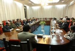 Các nhân sĩ trí thức trình bày bản kiến nghị 72 về sửa đổi hiến pháp sáng 04/2/2013 tại Hà Nội. Files photos