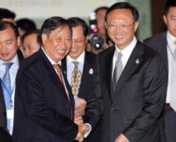 ministers-yang-jiechi-pham-gia-khiem-07212011-250.jpg