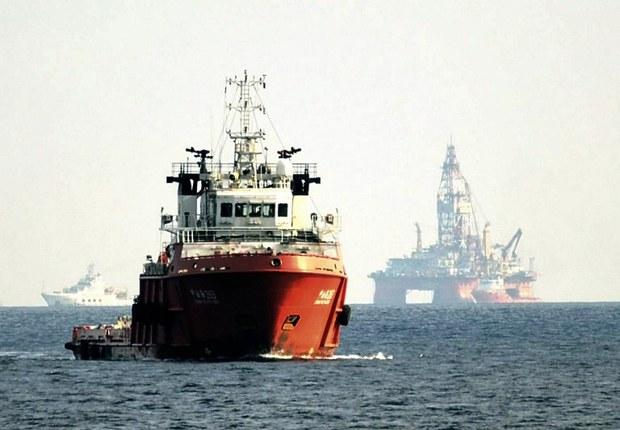 Một tàu Trung Quốc ngăn chặn một tàu tuần tra của Cảnh sát biển  Việt Nam gần một giàn khoan HD 981 của Trung Quốc nằm trong vùng đặc khu kinh tế của VN hôm 28 tháng 5 năm 2014.