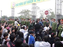 Công an đàn áp tín đồ Tin Lành hôm 19.12.2010 trước Trung Tâm hội nghị quốc gia Hà Nội. Photo courtesy of NuVuongCongLy