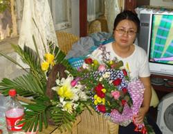 LS. Lê Thị Công Nhân khóc khi nhận những bó hoa của bạn bè gởi đến sau khi cô ra tù. Photo courtesy Vietnamexodus
