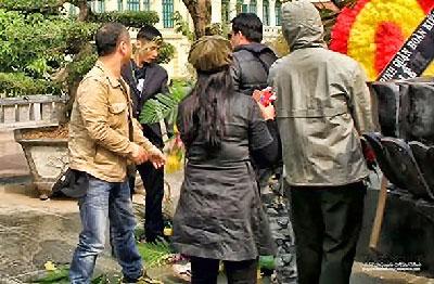 Cậu thanh niên giật đổ vòng hoa tưởng niệm xuống đất