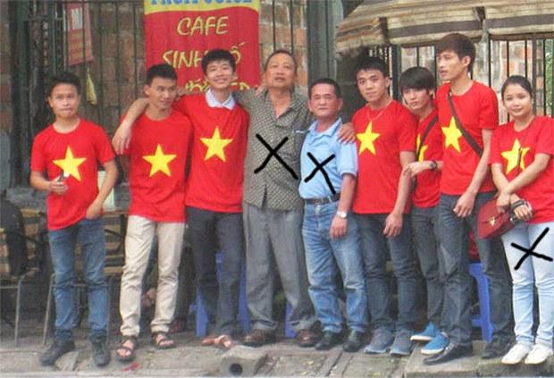 Dư luận viên Nguyễn Ngọc Lập (từ trái thứ 4), Trùm dư luận viên Trần Nhật Quang (từ trái thứ 5), Hoàng Thị Nhật Lệ (từ trái thứ 9)