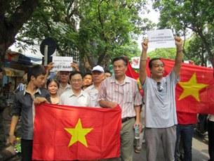 Hà Nội: Các ông Nguyễn Huệ Chi, Phạm Duy Hiển, Nguyễn Quang A sát cánh cùng nhau khi cờ và biểu ngữ giương lên