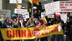 San Francisco: Đoàn biểu tình mang theo nhiều biểu ngữ phản đối Trung Quốc xâm lăng Việt Nam