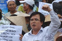 Luật sư Lê Quốc Quân (giữa) cùng những người nông dân biểu tình chống trưng thu đất đai tại Hà Nội tháng 8/2012. AFP photo