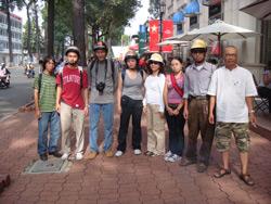 Blogger Điếu Cày chụp hình cùng bạn bè và thành viên Câu lạc bộ Nhà Báo Tự Do trước lúc bị bắt hôm 23/12/2007. Photo courtesy of ĐiếuCày's Facebook.