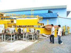 Một công ty sản xuất đế giày phải đóng cửa, may móc để phơi nắng phơi mưa. Photo Nam Duong
