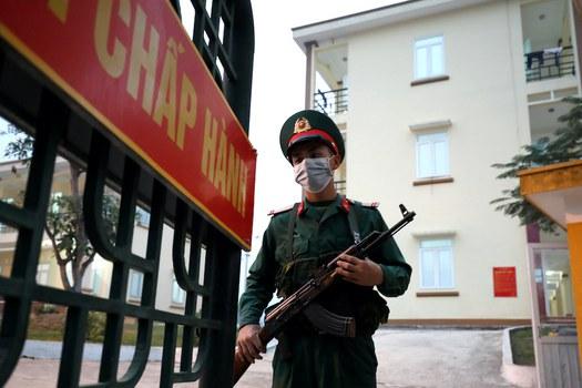 Hình minh hoạ. Công an đứng canh tại một khu cách ly tập trung ở tỉnh Lạng Sơn, biên giới với Trung Quốc hôm 20/2/2020
