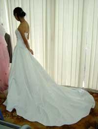 Một Cô dâu Việt Nam đang thử áo cưới (ảnh minh họa). File photo.