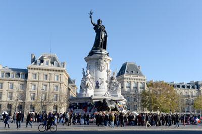 Người dân tưởng niệm nạn nhân khủng bố tại Place de la Republique ở Paris, Pháp hôm 28/11/2015. AFP PHOTO/MIGUEL MEDINA.
