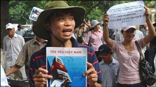 Biểu tình ôn hòa của người dân ngày 10 tháng 7, 2011 tại Hà Nội. Source anhbasam