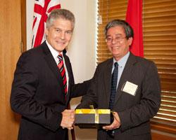 Bộ trưởng Bộ Quốc phòng Úc Stephen Smith và Thứ trưởng Ngoại giao Phạm Quang Vinh trao quà tặng tại cuộc đàm phán song phương ở Canberra, Úc hôm 21/02/2012. Photo: Commonwealth of Australia.