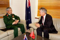 Bộ trưởng Bộ Quốc phòng Úc Stephen Smith và Thứ trưởng Bộ Quốc phòng Nguyễn Chí Vịnh tại cuộc đàm phán song phương ở Canberra, Úc hôm 21/02/2012. Photo: Commonwealth of Australia.