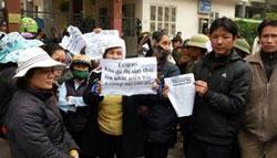 Nông dân ngoại tỉnh phía Bắc biểu tình về đất đai bị mất bên ngoài văn phòng Quốc hội tại Hà Nội hôm 21/2/2012. AFP photo.