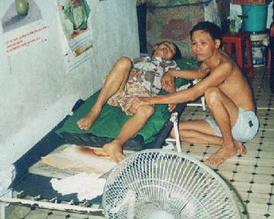 Mục sư Dương Kim Khải trước lúc bị bắt và vợ bà Mai Thị Dung đang bệnh nặng nằm liệt giường (2010)