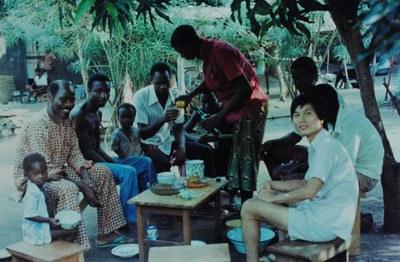 Anh Bùi Văn Phú và hàng xóm ở Togo trong một buổi ăn nhậu. Hình do Anh Phú cung cấp.