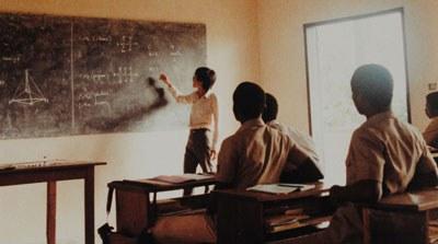 Anh Bùi Văn Phú trong giờ dạy hóa học ở Togo. Hình do Anh Phú cung cấp.