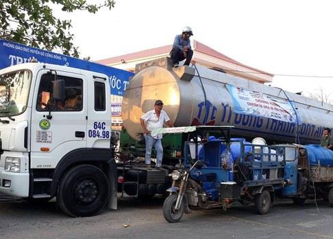 Ông Ngô Nhật Đăng và xe bồn chở nước cho bà con Gò Công