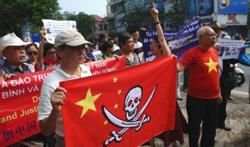 Người dân Hà Nội cũng xuống đường biểu tìnhchống Trung Quốc hôm 17/7/2011. AFP photo