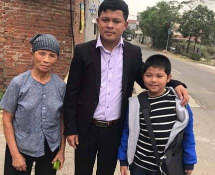 Ông Đường Văn Thái cùng mẹ và con trai trước ngày ông rời Việt Nam.