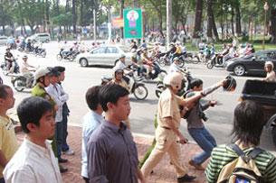 Blogger Điếu Cày đã bị công an bắt năm2008 ngay tại Khu vực nhà thờ Đức Bà khi đứng ra phản đối việc Trung Quốc chiếm Hoàng Sa. Cho đến nay Blogger Điếu Cày vẫn biệt tăm không có tin tức. RFA file