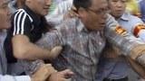 Công an mặc thường phục lẫn lộn trong đoàn biểu tình cũng tham gia đàn áp bắt bớ.