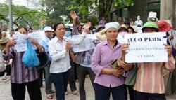 Hàng ngàn dân Văn Giang tiếp tục khiếu kiện trước bộ TNMT (2012) AFP