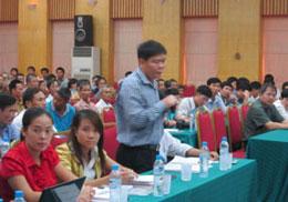 Luật sư Trần Vũ Hải và trợ lý thuộc văn phòng luật sư Trần Vũ Hải – được các hộ dân ủy quyềncho buổi đối thoại với Bộ Tài nguyên Môi trường hôm 21 tháng 8